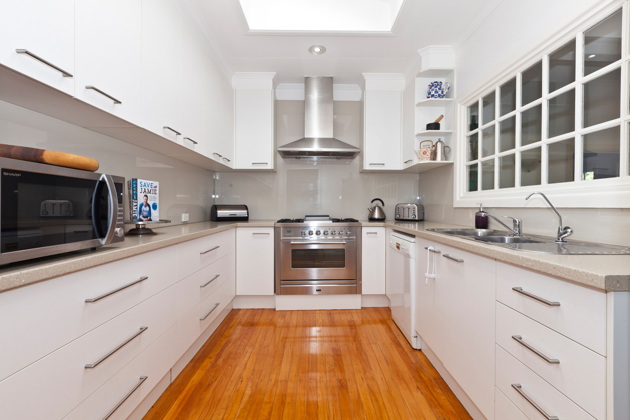 Bright White Kitchen with ILIVE Gas Cooktop and Electric Oven